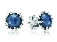 Pandora oorbellen 'Nachtblauw' 290561NBC. Prachtige oorstekers/oorbellen van Pandora met roosgeslepen nachtblauwe kristallen, omlijst door kralen van zuiver zilver. Een fantastische manier om de kleur van het seizoen toe te voegen aan je garderobe en een subtiele, maar indrukwekkende stijl de creëren.