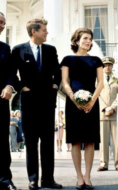 While Michelle Obama was the chicest First Lady in the White House since Jackie Kennedy, it was Jackie who left a lasting legacy and became a style icon. Jacqueline Kennedy Onassis, Estilo Jackie Kennedy, Jaqueline Kennedy, John Kennedy Jr, Carolyn Bessette Kennedy, Caroline Kennedy, Ethel Kennedy, Southampton, Die Kennedys