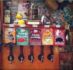 Zapfanlage im Mussel Inn: In der Kneipe in der Golden Bay werden die hauseigenen Kreationen unter den Namen Pale Whale Ale, Laughing Owl, Golden Goose und Captain Cooker verkauft.
