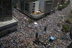 Venezuela: Oposición promete una marcha histórica  La calle como escenario otra vez, si bien los historiadores aseguran que la historia nunca se repite, la imagen de los venezolanos marchando por las calles principalmente de Caracas nos obliga a preguntarnos si la película se repite o es un capítulo más de una trama que durante los últimos años convulsionó a los venezolanos y acaparó la atención de la región y parte del mundo. Ahora las marchas en todo el país fueron para reclamar por la…