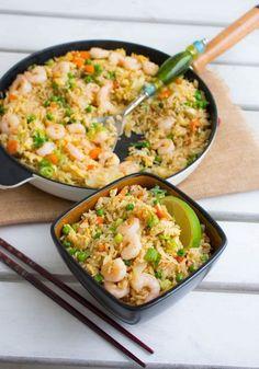 Fried rice är en av mina absoluta favoriträtter från det kinesiska köket. Det är så himla gott! Stekt ris med grönsaker och räkor som smakar fantastiskt. Passar perfekt som vardagsmat eller när man vill bjuda på något gott vid festliga tillfällen. Gillar du inte räkor kan du istället ha i kyckling eller göra den vegetarisk. Jag rekommenderar varmt att du testar detta recept. Lättlagat och riktigt gott. 6-8 portioner fried rice Ca 6 dl ris av valfri sort (jag rekommenderar jasminris) 4 st ägg… Rice Recipes, Seafood Recipes, Asian Recipes, Dinner Recipes, Healthy Recipes, Ethnic Recipes, Zeina, Exotic Food, Fried Rice
