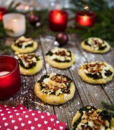 Minipizzor med grönkål, feta och rostade mandlar Raw Food Recipes, Appetizer Recipes, Dessert Recipes, Vegan Christmas, Christmas Baking, Christmas Recipes, Mini Pizza, Xmas Food, Fruit Snacks
