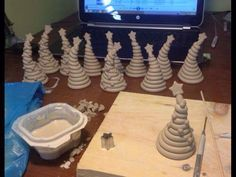 whimsical coiled clay xmas trees Trending Craft Ideas Using Paper Mache, Air Dry Clay, Colored Sand Clay Christmas Decorations, Christmas Clay, Christmas Crafts, Christmas Ornaments, Clay Projects For Kids, Kids Clay, Coil Pots, Pottery Classes, Theme Noel