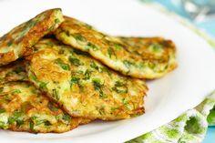 Zeleninové placičky bez mouky Low Calorie Breakfast, Breakfast Recipes, Breakfast Options, Vegan Zucchini Fritters, Indian Pancakes, Greek Vegetables, Cooking Recipes, Healthy Recipes, Healthy Food