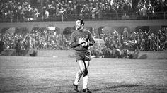 21 Januari 2017  Eddy Pieters Graafland is zaterdagavond voorafgaand aan de thuiswedstrijd tegen Willem II gekroond tot beste keeper in zestig jaar Eredivisie. De 83-jarige voormalig doelman van Feyenoord (1958-1970) kreeg de meeste stemmen uit vijf genomineerden en verdiende daarmee een plek in het 'Gouden Elftal' van de Eredivisie en FOX Sports.