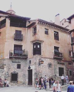 Plaza en El Centro de Albarracin. Los carteles de los negocios deben mantener el estilo del lugar  #Albarracin #españa #pueblosdeespaña