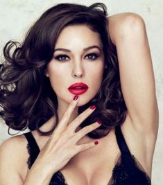 Beauty Icon Monica Bellucci for Dolce & Gabbana Make Up. Love the red lip with a defined eye. Monica Bellucci Makeup, Monica Bellucci Photo, Monica Belluci, Style Hippy, Hippie Chic, Beautiful Women Over 40, Beautiful Celebrities, Beautiful Ladies, Stem Challenge
