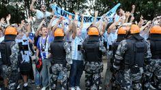 Argentinos custodiados por la policia brasilera en Porto Alegre..