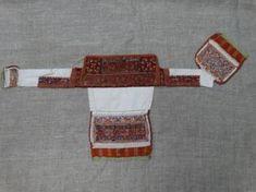 """Убор головной женский марийский """"Сорока"""" Период создания:конец XIX в. Материал, техника:нить шёлковая (сырец), холст конопляный, ткань шерстяная, нить шерстяная, вышивка счётным швом, ткачество домашнее, сшито на руках Размер:34 х 83 см Аксессуары"""