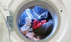 para la ropa desteñida consiste en meterlo en la bañera o en un barreño con dos cucharadas de sal y seis de vinagre.Dejamos reposar, aclaramos y volvemos a meterlo en lavadora.