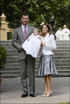 De bautizo  El día del Bautizo de la infanta Leonor, Letizia lució una chaqueta blanca calada con una original falda lady de vuelo en tonos grises y malva.