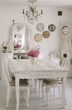 HVÍTUR LAKKRÍS:Lovely table clock, vanity!! Love it all!! Dining room with painted able, shabby chic