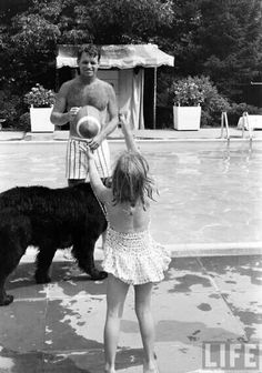 Bobby with one of his kids and one of his dogs Jackie Kennedy Style, Ethel Kennedy, Robert Kennedy, John Junior, Nuclear War, Greatest Presidents, Jfk, Bobby, Beautiful People
