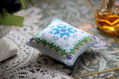 クロスステッチのピンクッションの作り方|刺繍|編み物・手芸・ソーイング|アトリエ|手芸レシピ16,000件!みんなで作る手芸やハンドメイド作品、雑貨の作り方ポータル