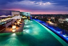 Después de un largo día de trabajo, nadar un rato en nuestra lujosa piscina de seguro te relajará antes de dormir. #India JW Marriott Hotel Chandigarh
