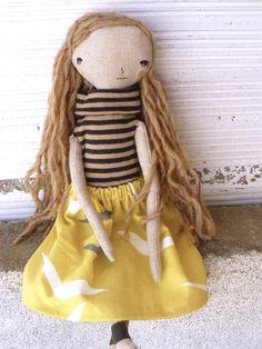 Muñeca con pelo largo de alpaca  cosido a mano.  Falda de lino y algodón con…