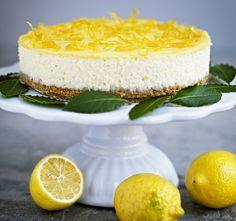 Citronälskarens dröm. Citron i både den syrliga kakan och den lena curden. Och på toppen genom syltade citronskal.