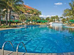 A piscina do Royal Palm Plaza além de climatizada conta com uma linda cascata, perfeita para relaxar e se divertir.