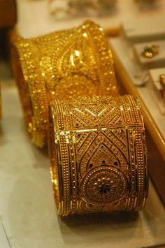Bracelets of Gold Gold Bangles Design, Gold Earrings Designs, Gold Jewellery Design, Gold Jewelry, Gold Bracelets, Dubai Gold Bangles, Fine Jewelry, Gold Fashion, Fashion Jewelry