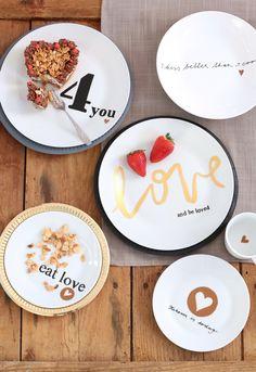 Protože láska prochází žaludkem, Jana Ardanová si pro vás připravila jednoduchý postup na valentýnské DIY - zamilované talíře a jako bonus sladký recept!