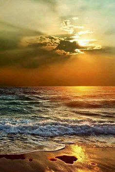 Dreaming of an ocean sunset. Beautiful Sunrise, Beautiful Beaches, Beautiful Ocean, Landscape Photography, Nature Photography, Photography Tips, Ocean Waves, Ocean Sunset, Beach Sunsets