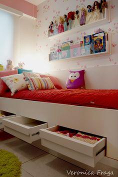 Decoração de quarto de menina feita por mim. Detalhe das gavetas
