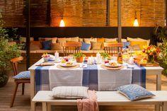 00436237. Patio con mesa para cenar y al fondo, bajo la pérgola de cañizo iluminada, el sofá 00436237