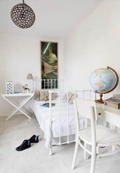 Sypialnia w stylu prowansalskim - Pokój syna Agnieszki idealnie komponuje się z resztą domu. styl prowansalski, białe meble, biel, białe meble, krzesło, łóżko, dekoracje wnętrz, sypialnia, łóżko, dekoracje, meble drewniane