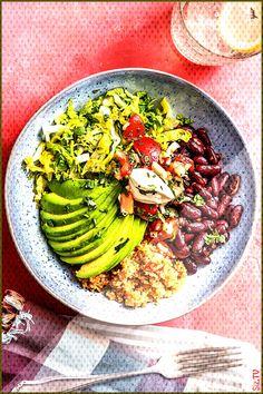 Tomato quinoa with avocado strips and fiery kidney beans - Recipe: Burrito Bowl! Tomato quinoa with avocado strips and fiery kidney beans. Bean Recipes, Veggie Recipes, Vegetarian Recipes, Healthy Recipes, Vegetarian Bowl, Vegetarian Burrito, Tex Mex, Tomato Quinoa Recipe, Avocado Nutrition