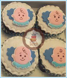 Cupcakes sabor vainilla con chips, decorados con masa fondant en las alas y aplique de niñito. #bautizo, #cupcakesbautizo