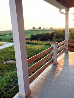 Deck railing isn't simply a safety attribute. It can include a sensational visual to frame a decked location or deck. These 36 deck railing ideas reveal you exactly how it's done! Patio Diy, Diy Porch, Diy Deck, Porch Wood, Front Porch Railings, Deck Railings, Horizontal Deck Railing, How To Build Porch Railing, Deck Railing Ideas Diy