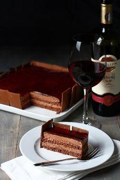 Tort de ciocolată cu vin roșu și mirodenii cu parfum de Sărbători, rețetă culinară pas cu pas, ilustrată cu imagini. Rețetă de tort de ciocolată cu vin roșu și mirodenii, ingrediente și mod de preparare. Cum se face o cremă ganaș de ciocolată și vin roșu. Something Sweet, Chocolates, Waffles, Sweets, Cakes, Baking, Breakfast, Healthy, Ethnic Recipes