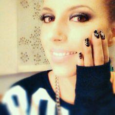 sudadera, uñas, maquillaje...