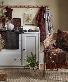 ΙΚΕΑ: Η πολυαναμενόμενη φθινοπωρινή συλλογή HOSTKVALL έρχεται και είναι υπέροχη! #farmhouse #hostkvall #Ikea #ikea2022 #διακοσμητικα #διακοσμητικαμαξιλαρια #ειδησερβιρισματος #έμπνευση #ικεα #ικεα2022 #καταλογος2022 #λευκαειδη #μοντερναφαρμα #νεαπροιοντα #νεοςκαταλογος #ριχτάρια #σκανδιναβικηδιακοσμηση #σκανδιναβικοστυλ ΑΝΑΚΑΙΝΙΣΗ Fall Home Decor, Autumn Home, Chevron Table Runners, Ikea Interior, Cuddling On The Couch, Nature Decor, Soft Blankets, Fall Collections, At Home Store