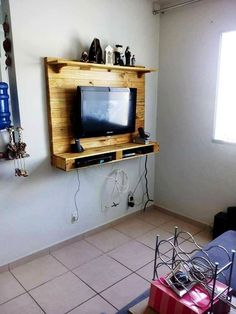 Pallet TV Panel - Beautiful Pallet Creations for Your Home - 101 Pallet Ideas Pallet Crafts, Pallet Projects, Home Projects, Home Crafts, Diy Home Decor, Pallet Ideas For Bedroom, Pallet Ideas Easy, Tv Wall Design, House Design