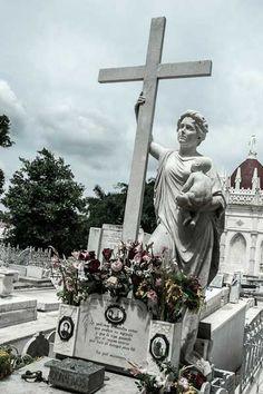 """El Cementerio de Colon La tumba más visitada es la de Amelia Goyri de la Hoz, una dama de alta sociedad, a la que se conoce como """"La Milagrosa""""."""