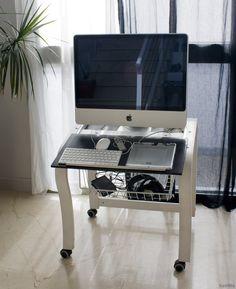 MacPatas de frente. Un sillón Poang de Ikea convertido en base de trabajo.