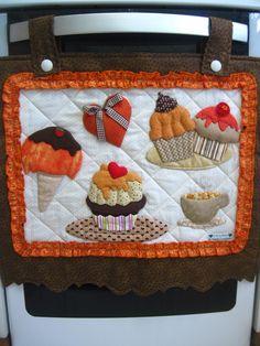 FRETE COM DESCONTO  Enfeite seu fogão com lindos deliciosos cupcakes!  Produto todo em tecido 100% algodão, estruturado com manta acrílica e enchimento com fibra siliconada.    Conjunto 2 peças  Cobre forno  Tampo fogão  * Faço apenas o cobre forno