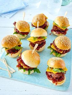 Delicious finger food for the party buffet: mini-burger - Ostern Mini Burgers, Burgers And More, Salmon Burgers, Mini Burger Buns, Snacks Für Party, Evening Meals, Burger Recipes, Popular Recipes, Free Recipes