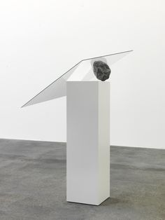 Alicja Kwade - Untitled, 2010. Glas, Stein, Sockel, 102 x 45 x 85 cm