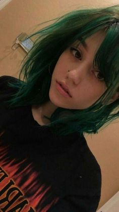 Not even kidding, I look a lot like this girl, green hair, beauty mark and all Hair Inspo, Hair Inspiration, Character Inspiration, Pelo Multicolor, Trendy Hairstyles, Grunge Hairstyles, Pretty Face, Pretty People, Dyed Hair
