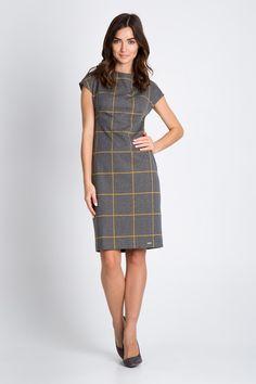 SUKIENKA W ŻÓŁTĄ KRATKĘ. Kobieca sukienka wykonana szarej dzianiny w żółtą kratę. Prosty, lekko talkowany fason z niewielką stójką oraz z krótkimi rękawami o obniżonej linii ramion. Zapinana z tyłu na kryty zamek. Niezwykle wygodna sukienka, która doskonale nada się nie tylko do pracy. Zestawiaj z krótkim żakietem i torebką typu kuferek Wyprodukowana w Polsce.