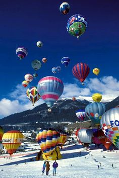 """Mass ascent of hot air balloons during the """"Semaine de Ballons"""" in Château-d'Oex / Switzerland, Swiss Alps By Alika.Swiss Alps and Balloon Rides Places To Travel, Places To See, Foto Picture, Balloon Pictures, Air Ballon, Hot Air Balloons, Balloon Rides, Swiss Alps, Belle Photo"""