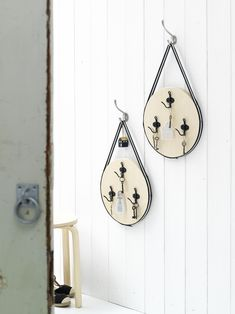 Nooit meer je sleutels kwijt! Met deze zelfgemaakte sleutelborden van krukjes tover jij jouw sleutelbos om in decoratie. #hal #diy #zelfmaken #wonen #interieur #decoratie #kwantum