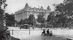 Majestuoso. El Hotel Ritz, situado en la Plaza de la Lealtad, en una estampa de principios del siglo XX.- Nació como émulo de los refinados establecimientos parisinos y vieneses de fin del siglo XIX, en un Madrid huérfano de alojamientos insignes. Por sus «suites» han pasado espías, magnates de prensa, actores, toreros y hasta maharajás. En los años 50 tuvo un código interno de buenas maneras que impidió el acceso a actores y toreros.
