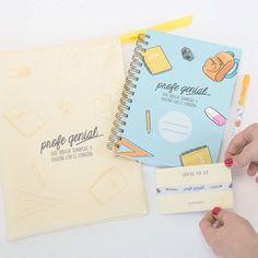 Libreta, boli, pulsera y tarjeta... todo empaquetado en una bonita bolsa de tela con emotivo mensaje. Un regalo para profesor diferente.
