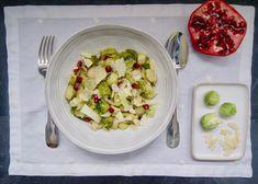 Salade tiède de choux de Bruxelles, grenade et amandes Menu, Grenade, Pasta Salad, Potato Salad, Potatoes, Ethnic Recipes, Food, Sliced Almonds, Dressing