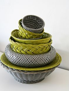 DIY - Spray painted inexpensive wicker baskets using Krylon Dual Spray Paint (Prime & Paint) - Tutorial sprays, wicker baskets, old baskets, color combos, paint basket, kitchen, paints, thrift store finds, spray painting