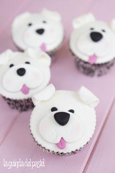 caritas de perro en fondant sobre cupcake.