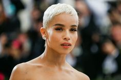 Big Little Lies star Zoë Kravitz talks to the soundtrack of her life to her most-prized possessions Short Platinum Blonde Hair, Ice Blonde Hair, Bleach Blonde Hair, Ash Blonde, Zoe Isabella Kravitz, Zoe Kravitz, Shaved Hair Designs, Latest Hair Color, Hair Reference